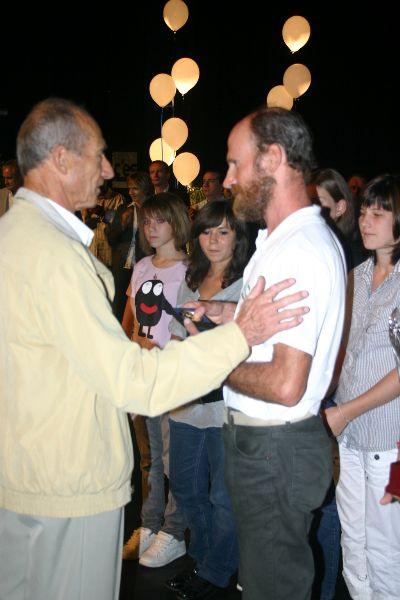en l'absence de Félicio, c'est Jean Louis son papa qui reçoit la médaille